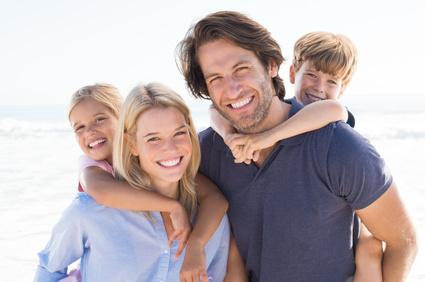 Glückliche Familie mit strahlend weißen Zähnen. Zahnaufhellung, Zahnbleaching.